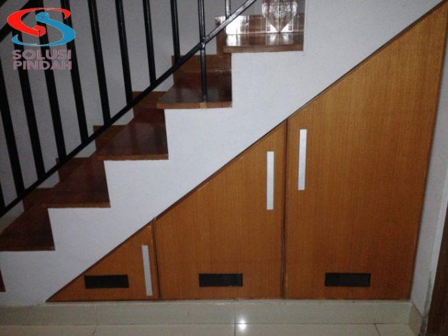 Lemari bawah tangga merupakan lemari yang berada dibawah tangga yang memanfaatkan ruang yang tidak terpakai menjadi sesuatu yang berfungsi sehingga terlihat rapi dan juga elegan dirumah anda