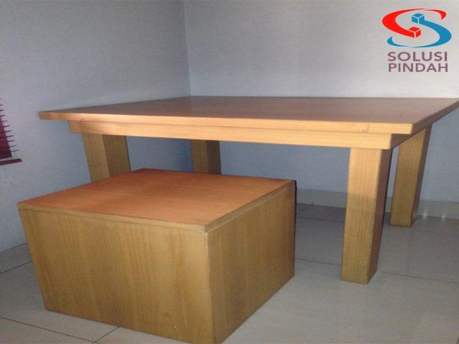 Meja kursi anak yang dikhusukan untuk anak-anak sebagai tempat makan ataupun belajarnya